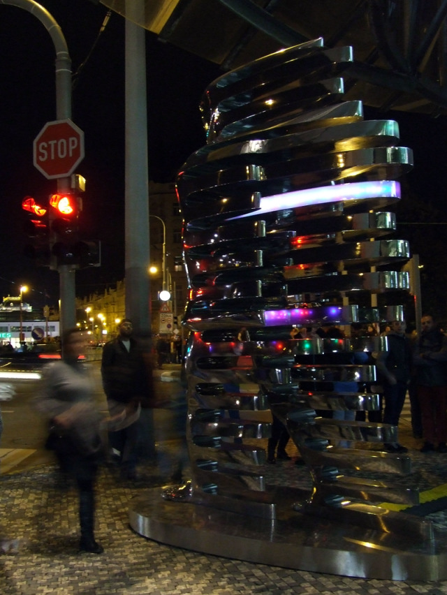 David Černý,  Speederman – světelný objekt umístěný před vchodem do Tančícího domu, Signal Festival, Praha