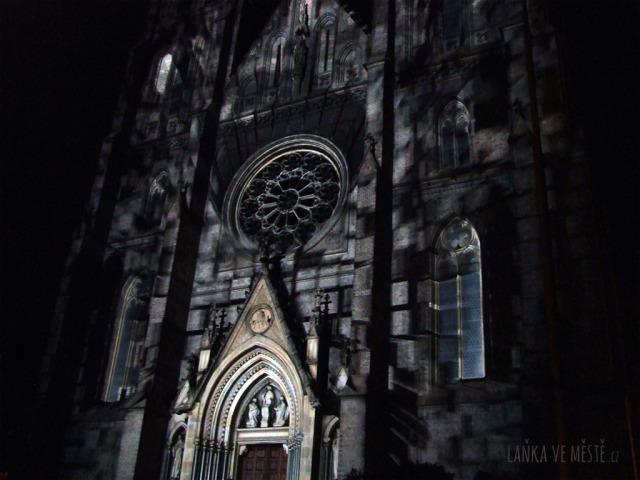 Videomapping na fasádě kostela sv. Ludmily na náměstí Míru: Evoluce španělského kreativního studia Onionlab (Evolució Signal Festival version by Onionlab)