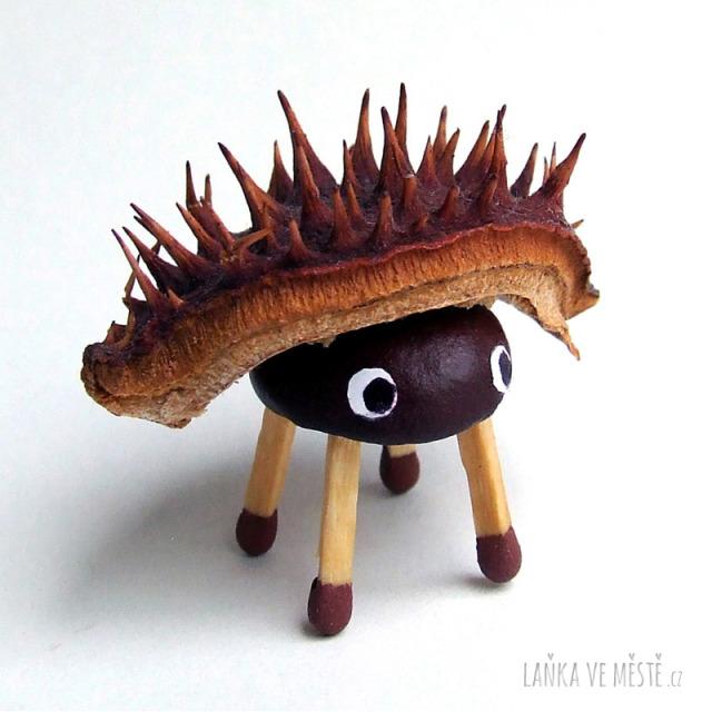 Podzimní tvoření – ježek z malého kaštanu, kaštanové slupky a 4 sirek
