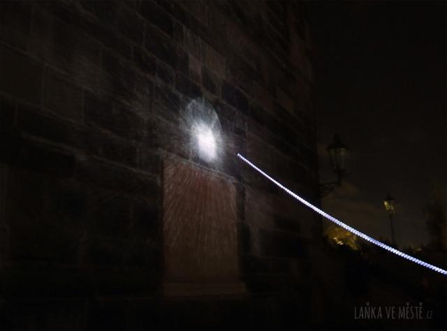 Chevalvert, Murmur – interaktivní světelná projekce na zeď Staroměstské mostecké věže, Signal festival, Praha