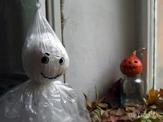 Strašidlo a dýně na Halloween.