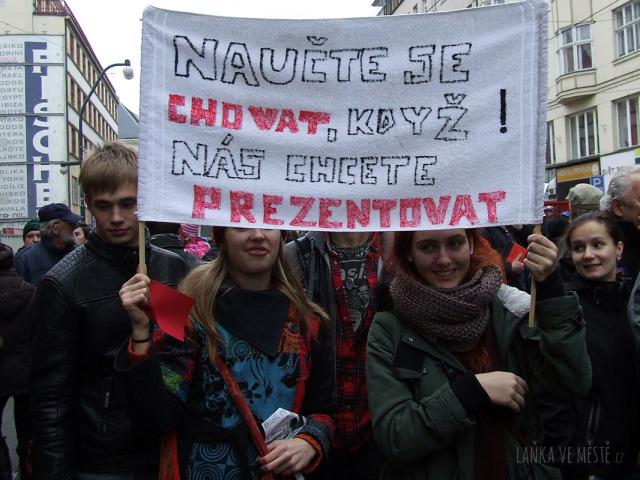 Jedno z hesel na happeningu Červená karta pro Miloše Zemana