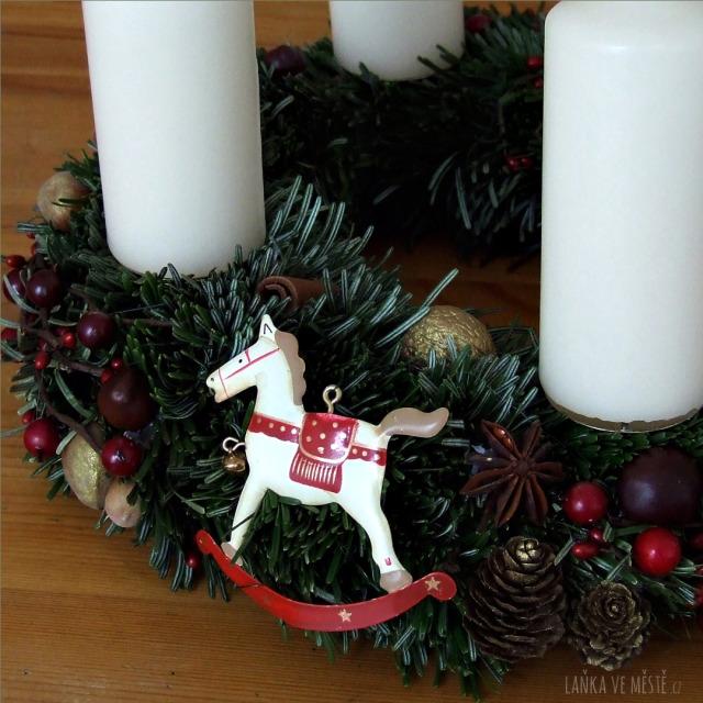 Přírodní výzdoba adventního věnce: šišky, ořechy, vánoční bobule a kořeni