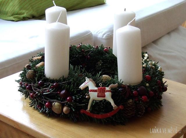 Tradiční adventní věnec z jedlových větviček