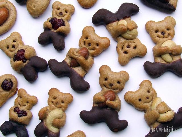 Perníčkoví medvídci s mandlemi, oříšky a brusinkami v tlapkách...  s čokoládovou polevou