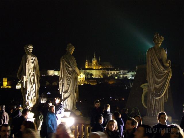 Obrovské sochy vyhotovené podle návrhu Bohuslava Schnircha (Apollón a devět múz); v pozadí Pražský hrad.