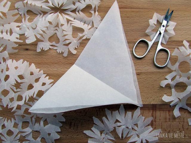Tvoření sněhových vloček z papíru