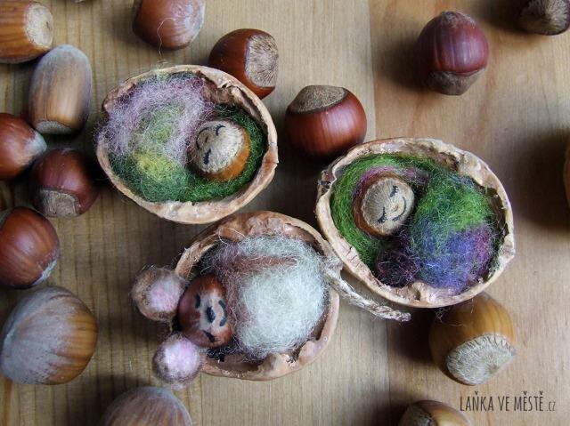 Myška a miminka v postýlkách ze skořápek vlašských ořechů.