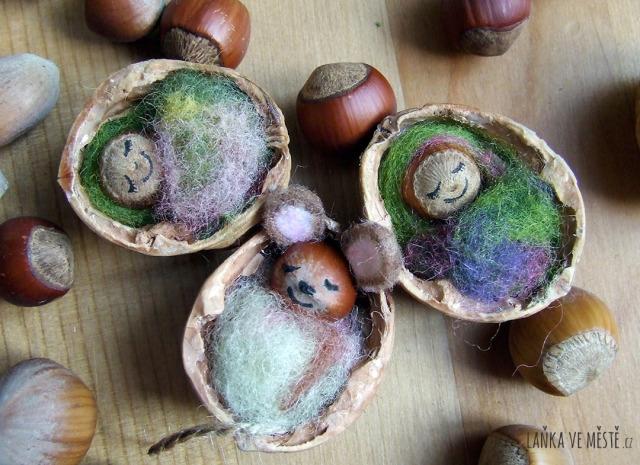 Myška a miminka v postýlkách z vlašských ořechů.