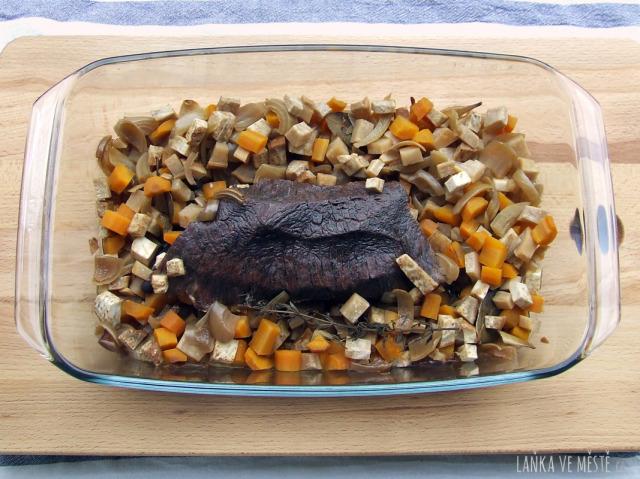 Svíčková na smetaně pečená pomalu (přes noc) – upečené maso v pekáčku se zeleninou