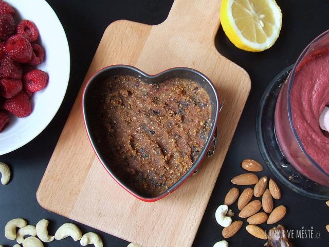 Příprava nepečeného dortu ve tvaru srdce