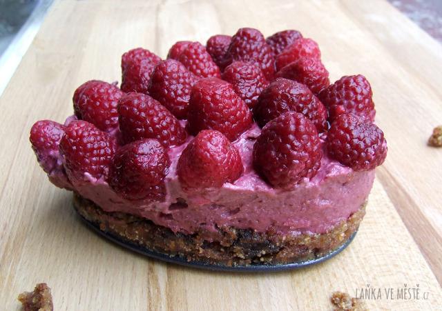 Raw malinový dort potěší nejen na Valentýna