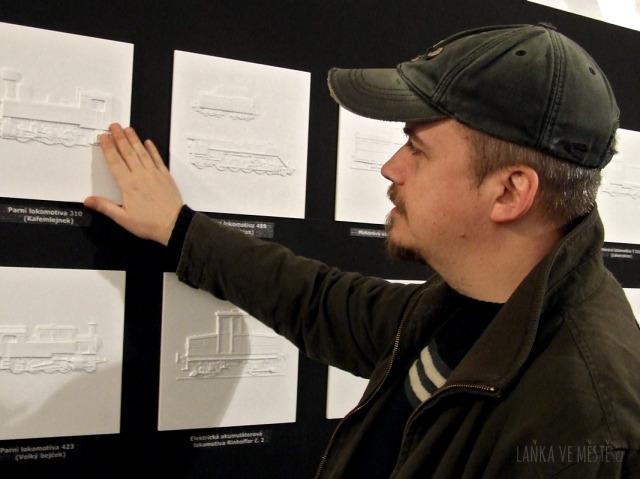 """Autor reliéfních ilustrací pro nevidomé David Linek na výstavě """"Dívej se rukama"""""""